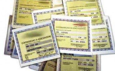 Falsificazione dei contrassegni assicurativi non più reato