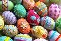 Uova di pasqua con giocattoli contraffatti