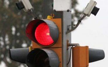 Multa al semaforo rosso: foto anche senza cartello con l'avviso