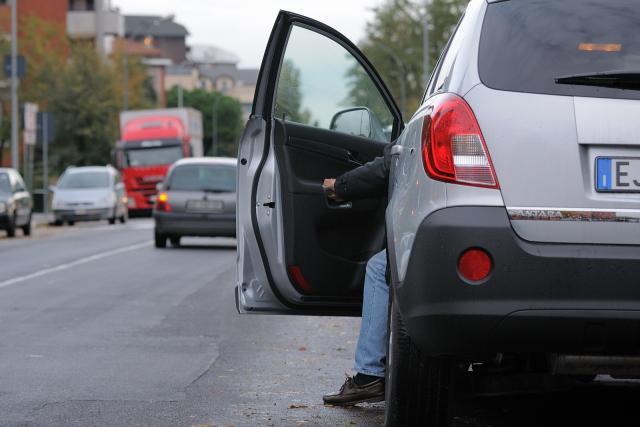 Apertura dello sportello dell'auto: meglio guardare dietro