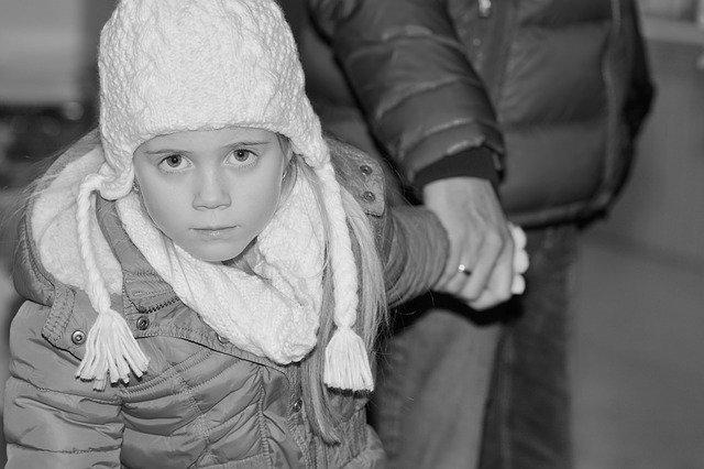 Bambino investito perché scappa dalla mano del genitore
