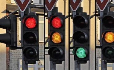 Semaforo su strada a più corsie: prevale la freccia sulla strada