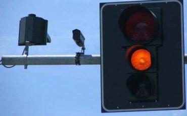 Semaforo rosso: multa con foto solo se c'è la polizia