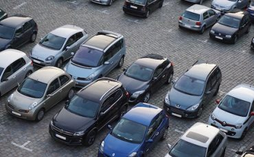 Non si può bloccare con l'auto il passaggio a chi parcheggia male