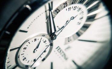 Se il lavoratore comunica l'assenza in ritardo