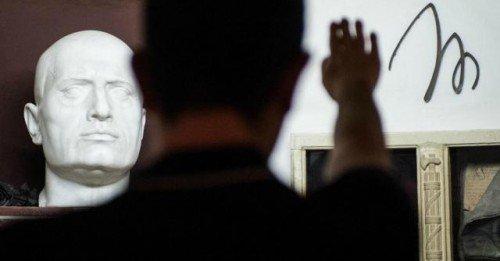 Reato il saluto romano durante l'inno nazionale