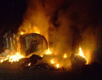 Incendio auto per le fiamme dal cassonetto della spazzatura