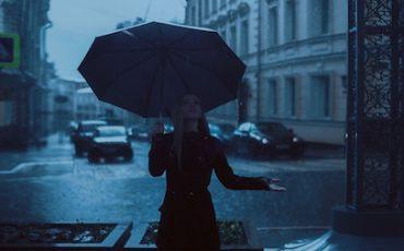 Caduta nel negozio per gli ombrelli che sgocciolano acqua: risarcimento