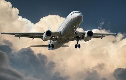 Ritardo aereo e perdita di coincidenza: risarcimento ampio