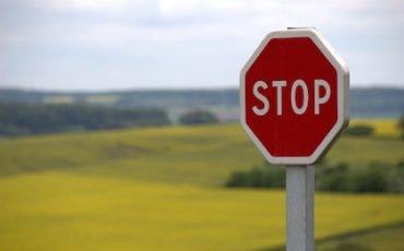 Segnaletica stradale poco visibile: multa contestabile