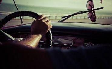 Guidare con braccio fuori dal finestrino: c'è la multa