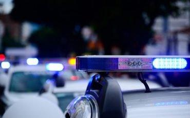 Non fermarsi al posto di blocco della polizia: cosa rischio?