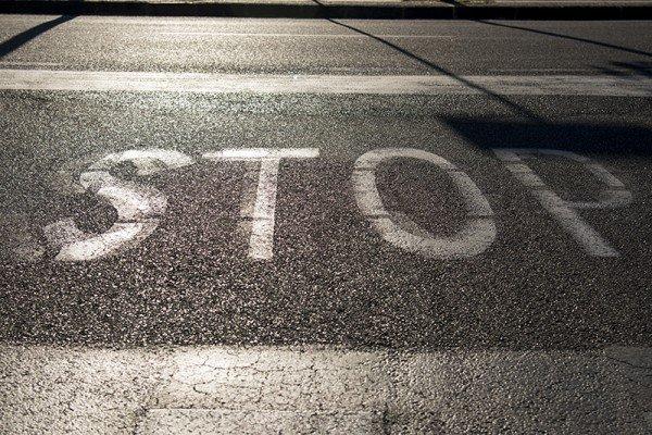 Si può sorpassare se la linea sulla strada è cancellata?