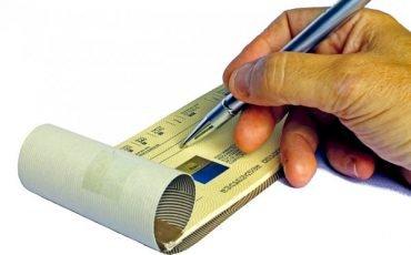 Assegno postale o bancario non coperto: è lecito?