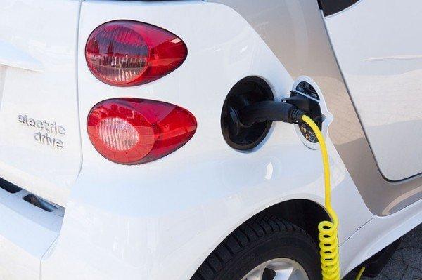 Case, obbligatoria la presa per le auto elettriche