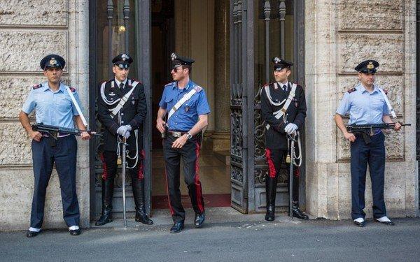 Dare un nome solo in parte falso ai carabinieri è reato
