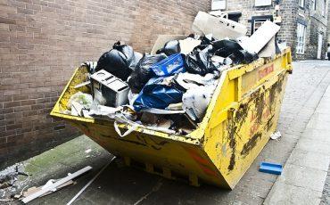 Posso buttare il microonde nel cassonetto della spazzatura?