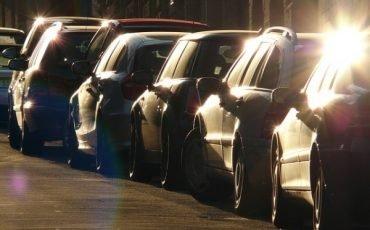 Parcheggiare con le ruote sul marciapiedi si può?