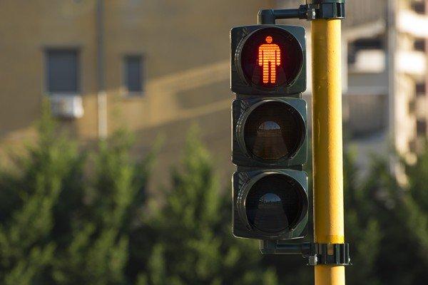Come comportarsi coi pedoni che attraversano la strada