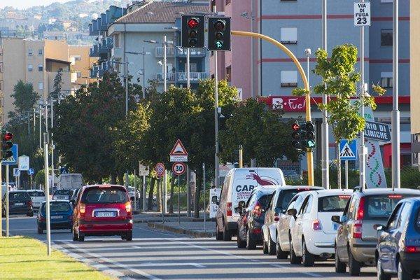 Quante volte va ripetuto il cartello stradale col limite velocità?