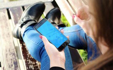 Sexting: rischi nei messaggi e foto hot per i figli