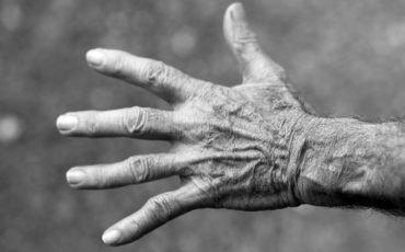 Lasciare da solo il genitore anziano e incapace è reato