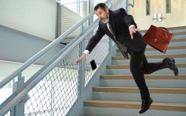 Caduta sulle scale condominiali: chi risarcisce il danno?