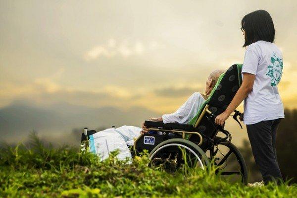 I figli devono aiutare i genitori anziani e malati
