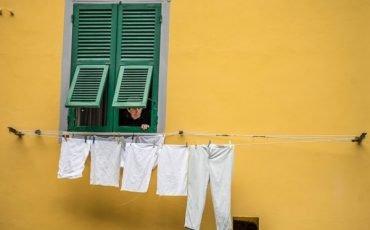 Posso stendere i panni che sgocciolano fuori dal balcone?