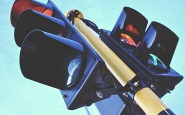 Multa al semaforo rosso: se l'auto è oltre la linea di stop