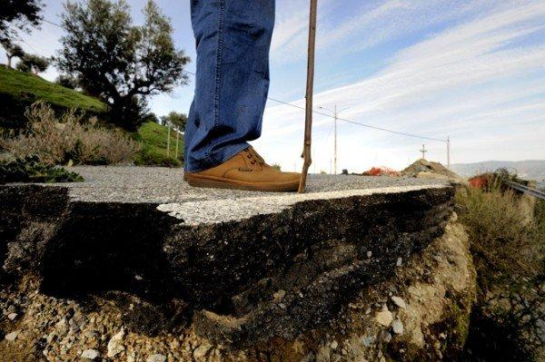 Incidente: se cade la strada chi risarcisce i danni?