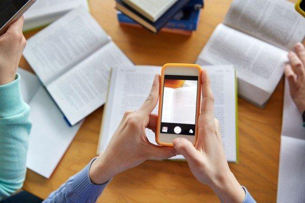 Telefono cellulare in classe: il professore può sequestrarlo?