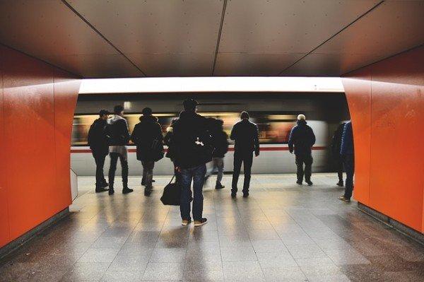 Caduta alla metropolitana: chi paga i danni?