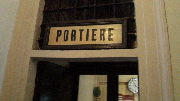Multe e cartelle nulle se il postino le dà al falso portiere