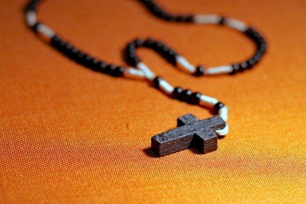 Recitare le preghiere a voce molto alta è reato