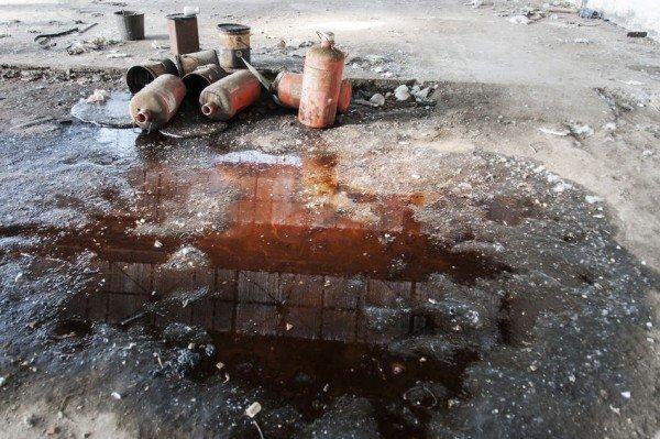 Lasciare rifiuti e sporcizia nel cortile del condominio è reato