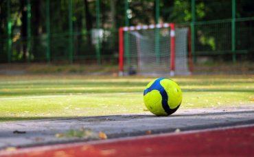 Bucare il pallone ai bambini non sempre è reato