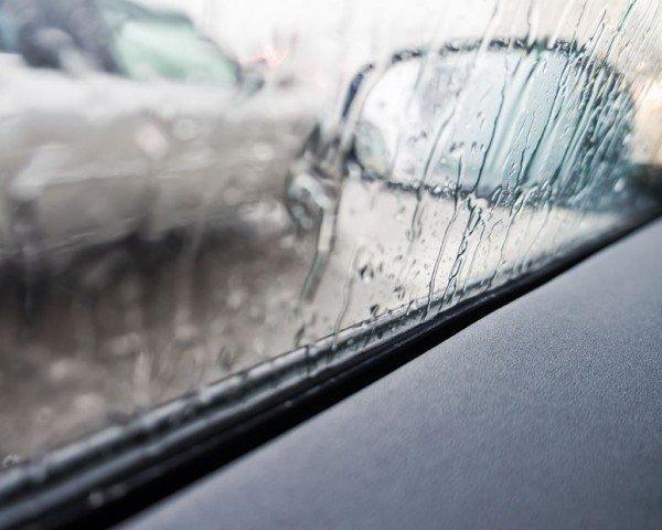 Se urto lo specchietto retrovisore e non mi fermo che rischio?
