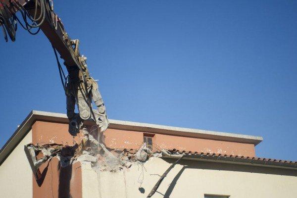 Che fare se il Comune non fa abbattere l'abuso edilizio del vicino