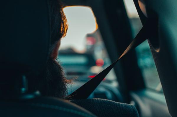 Passeggero senza cintura di sicurezza, multa al conducente?