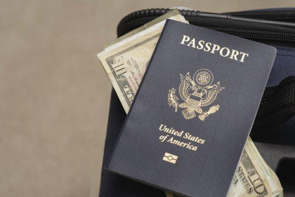 Pensionato pubblico residente all'estero, paga le tasse?