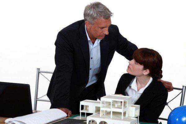 Avances con colleghe e praticanti: l'avvocato è sanzionabile