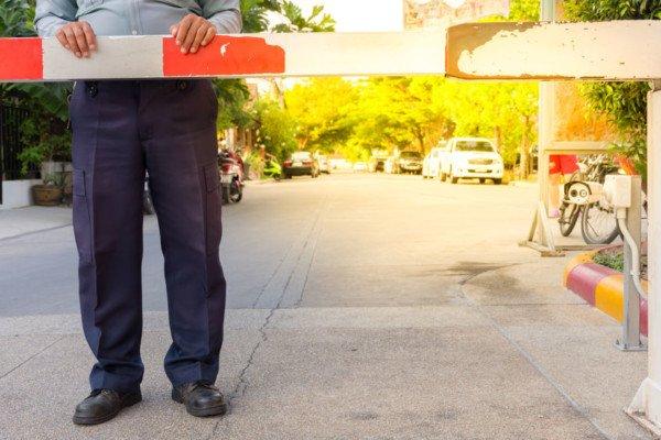 Sbarra su strada privata: serve l'autorizzazione del Comune?