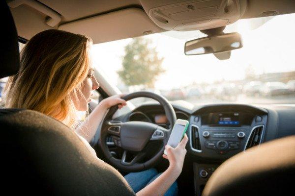 Cellulare al semaforo: sospensione patente per 3 mesi