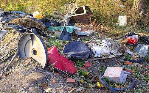 Risultati immagini per abbandono di rifiuti in fondo altrui