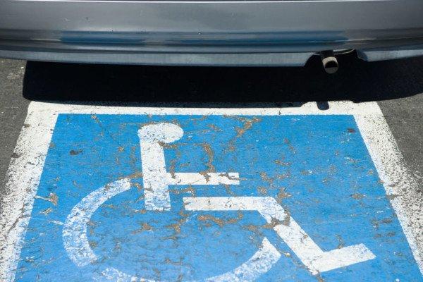 Quando parcheggiare sullo spazio destinato al disabile è reato