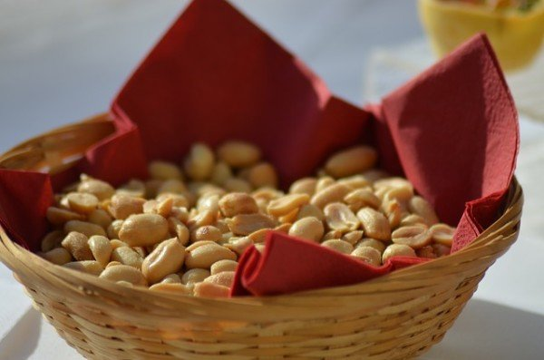 Salatini, nocciole, patatine e mandorle al bar: regole di igiene