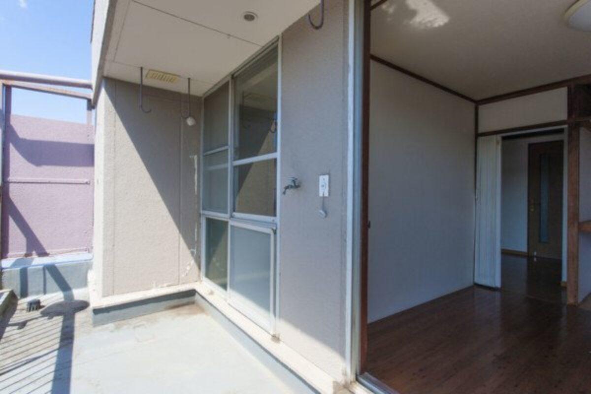 Coprire Terrazzo Con Veranda chiudere il balcone in veranda: che fare se i vicini non