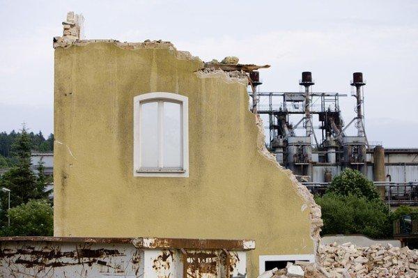 Abuso edilizio: condono, demolizione e risarcimento danni