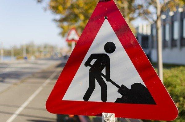 Che rischio se rubo un cartello stradale o un cono di lavori in corso?